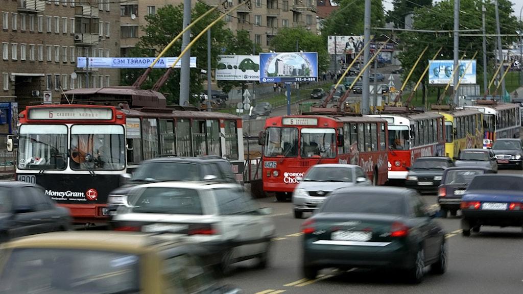 En trafikerad väg i Moskva.