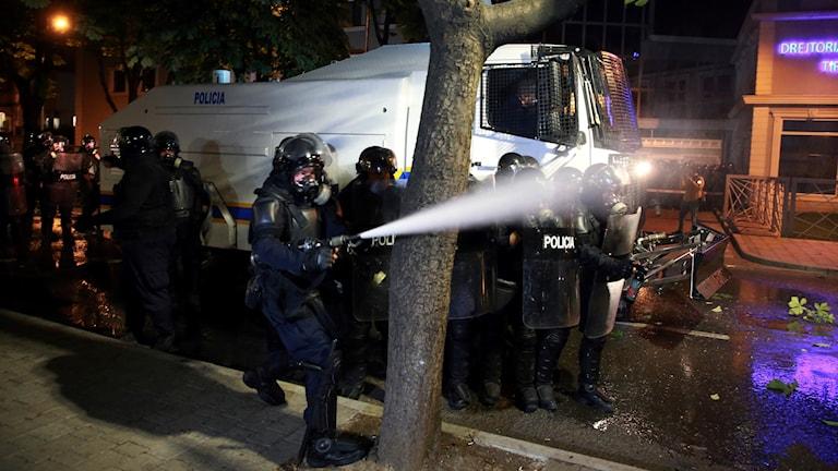 Polisen använde vattenkanoner och tårgas.