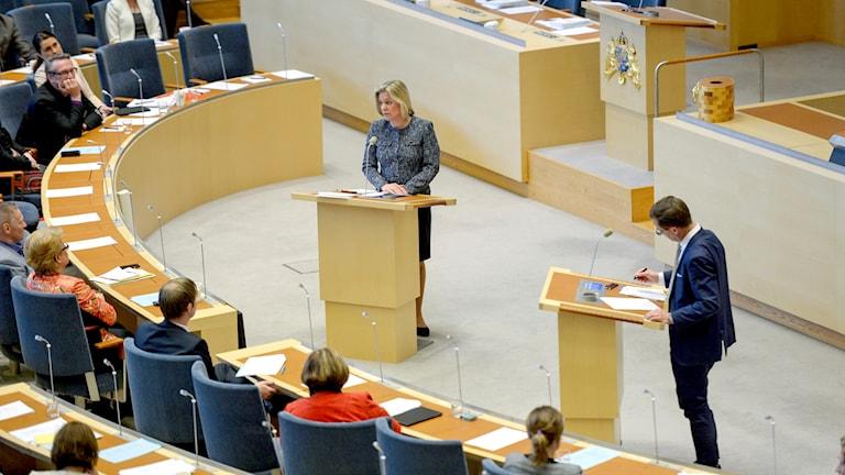 Magdalena Andersson (S) och Ulf Kristersson debatterar i riksdagen.