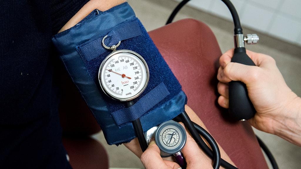 En patient får blodtrycket undersökt på vårdcentral. Foto: Claudio Bresciani/TT