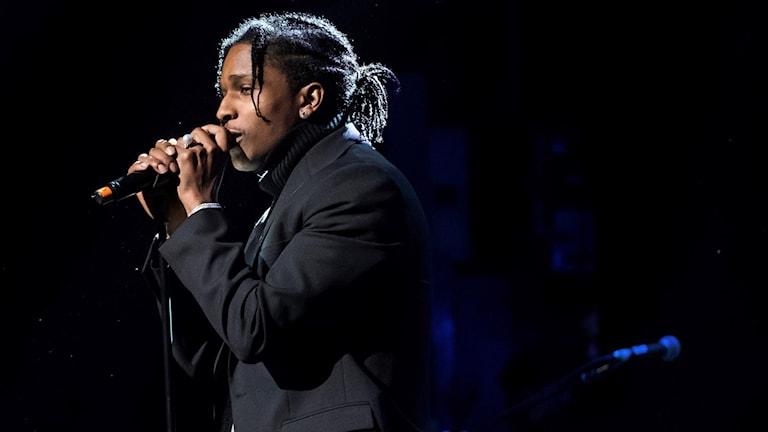 ASAP Rocky sjunger på en scen. Foto: Charles Sykes/TT.