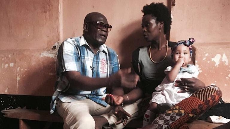 Issifou Seidou under ett besök från dottern Wassila Seidou och ett barnbarn under 2017