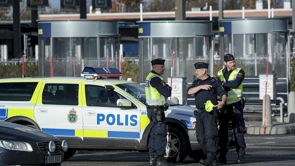 Bilden visar poliser vid gränskontrollern på Öresundsbron. Där upptäcktes bristerna hos de bussbolag som nu krävs på vite för bristande id-kontroll. Foto: Erland Vinberg/TT.