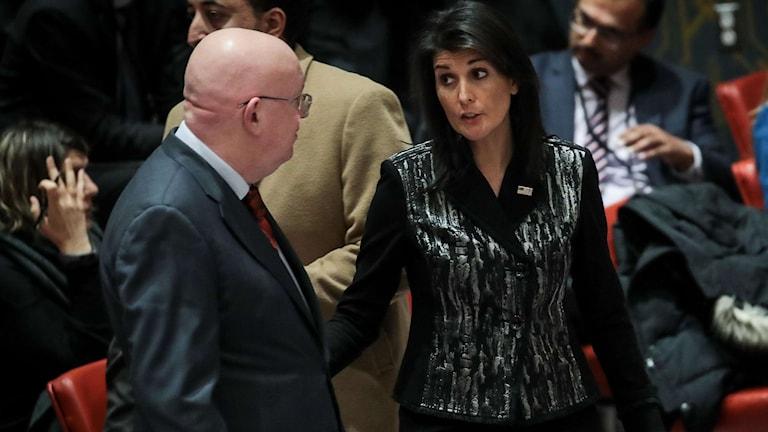 En man o kvinna talar med varandra.