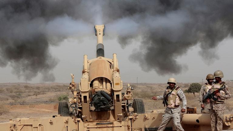 Saudiskt artilleri skjuter över gränsen mot Jemen, i konflikten där en saudiskledd koalition bekämpar Huthirebellerna i grannlandet. Arkivbild.