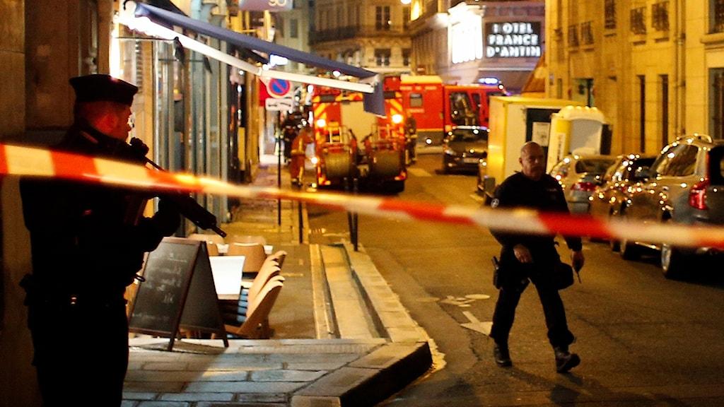 Poliser stänger av den gata där attacken ägde rum.