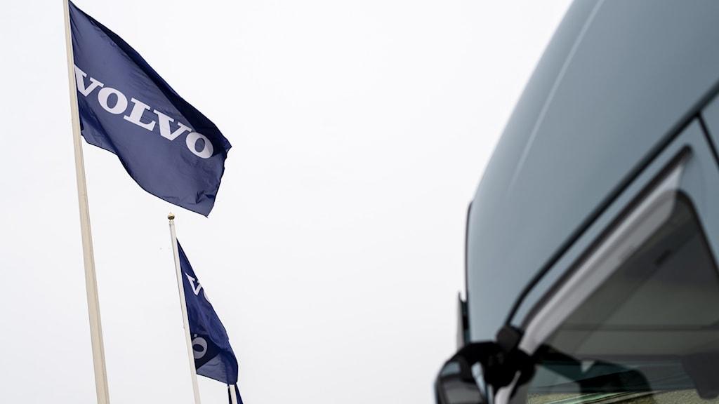 En flagga med Volvos logga på.