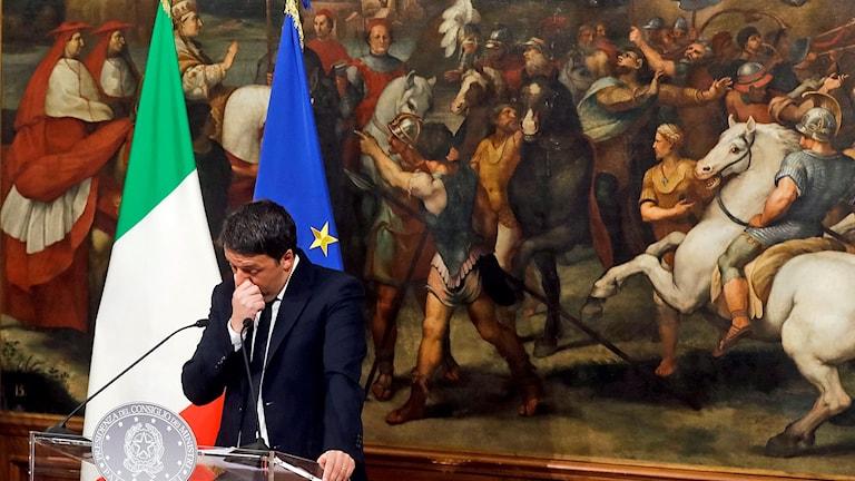 Italiens premiärminister Matteo Renzi meddelade i ett tal vid midnatt att han avgår efter nederlaget i söndagens folkomröstning.