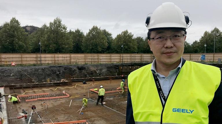 Gang Wei, Geely, framför bygget av innovationscentret i Göteborg.
