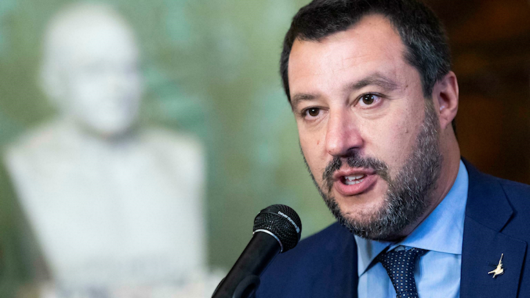 Italiens inrikesminister Matteo Salvini håller presskonferens