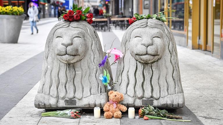 Betonglejon på Drottninggatan i Stockholm efter terrorattacken.