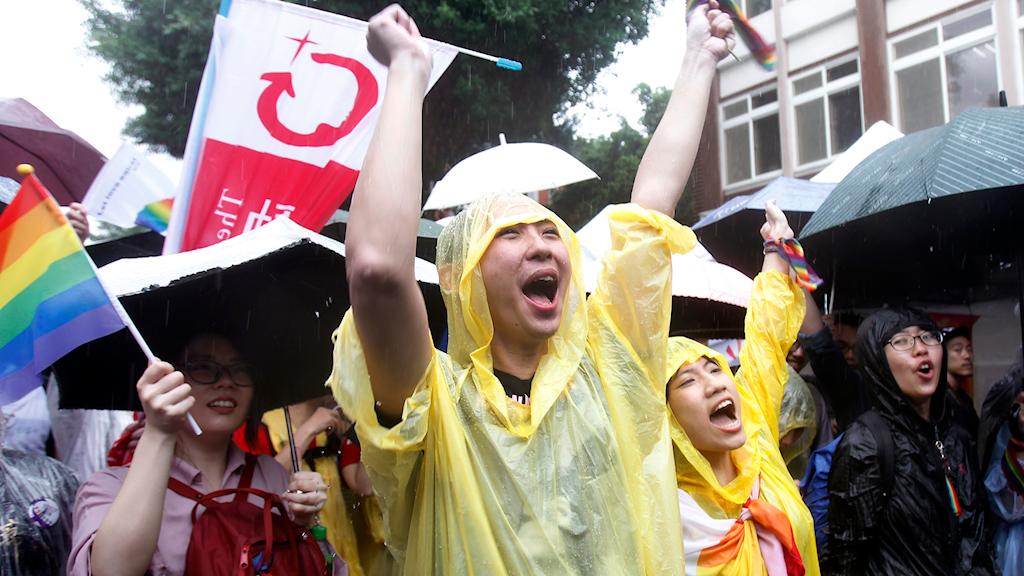 Glädje efter att Taiwans parlament beslutat att tillåta samkönade äktenskap.
