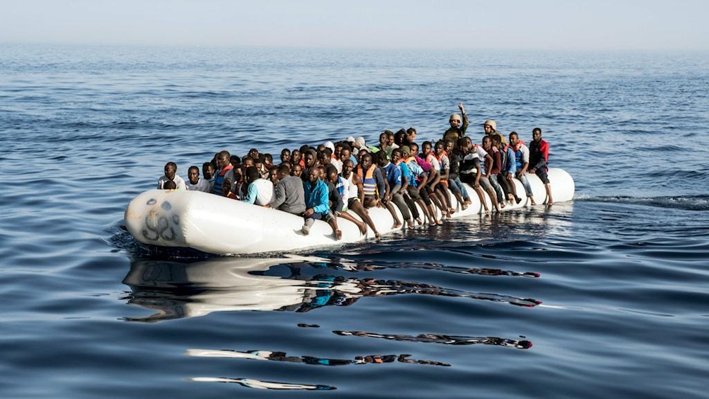 Båt med migranter på väg från Libyen till Italien.