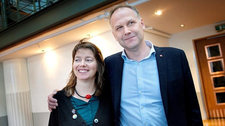 Vänsterpartiets partiledare Jonas Sjöstedt håller armen om partikollegan Malin Björk.