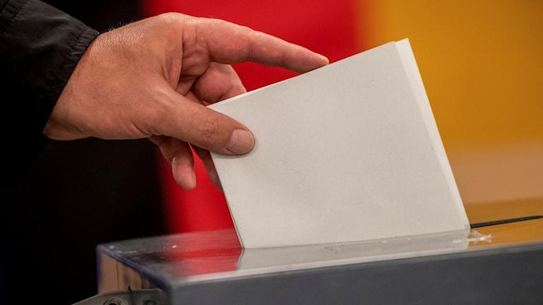 Man som röstar.