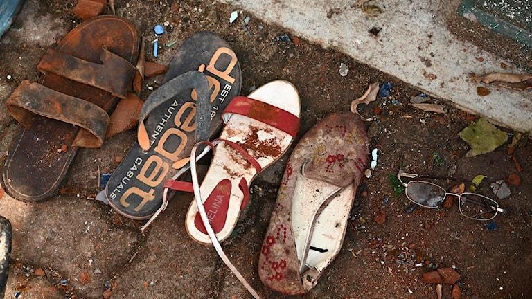 Skor och tillhörigheter från offer vid bombdådet i Negombo i Sri Lanka.