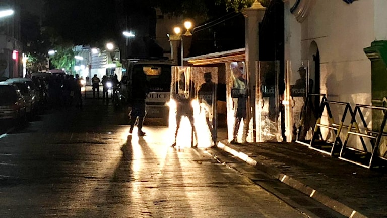 Säkerhetsstyrkor utanför Högsta domstolen i Male i Maldiverna
