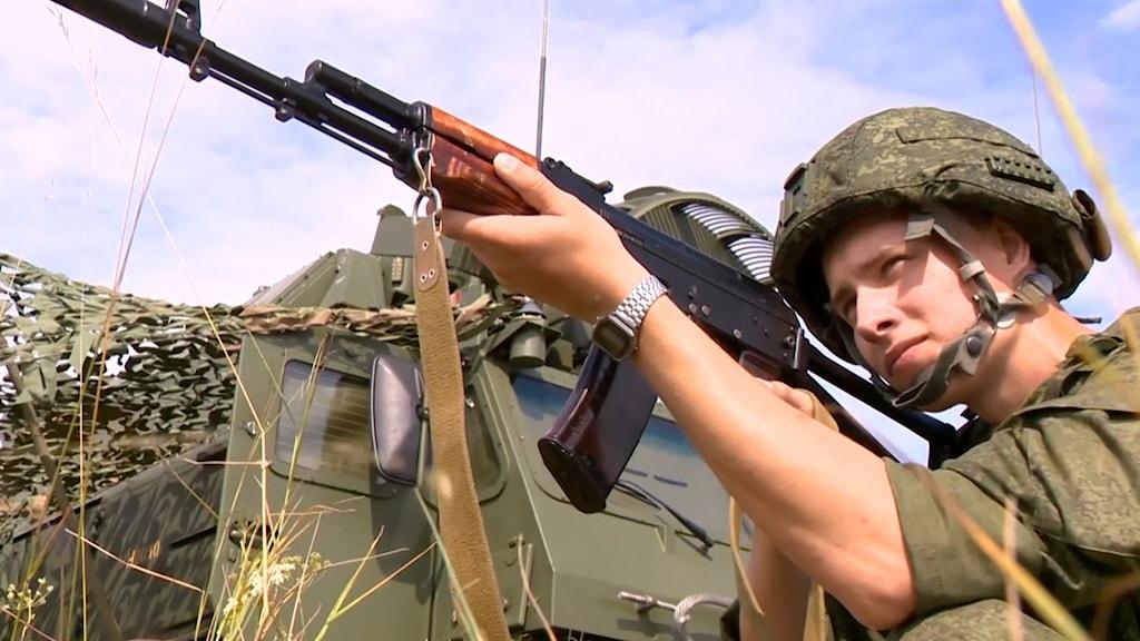 Belarusik soldat siktar med sitt gevär under militärövning