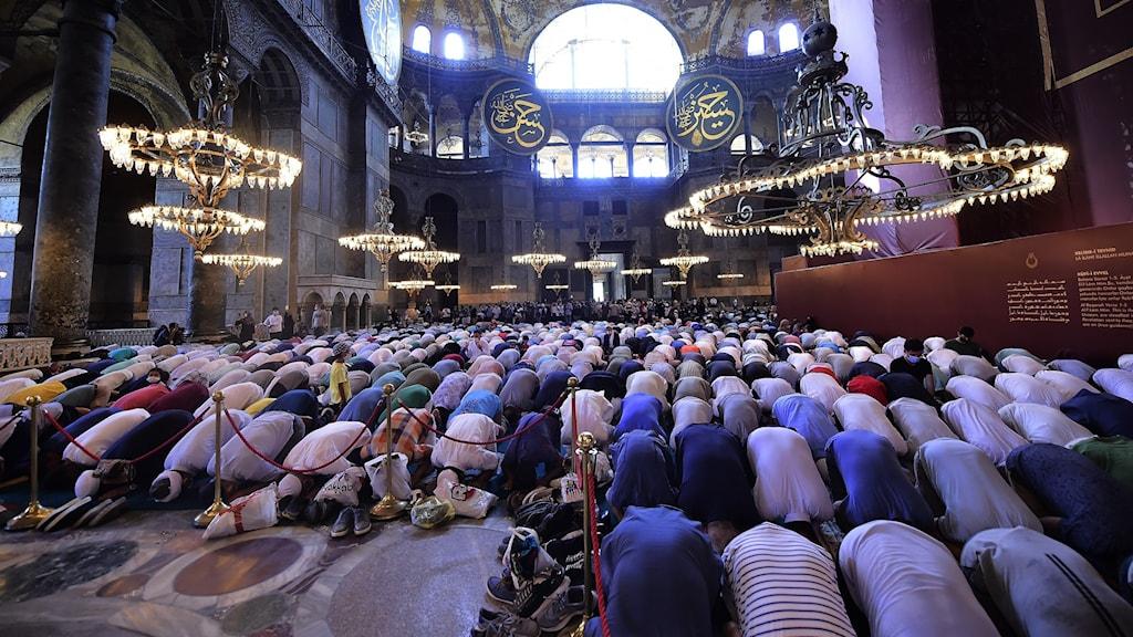 Människor ber under den första officiella fredagsbönen i Hagia Sofia sedan byggnaden gjordes om.