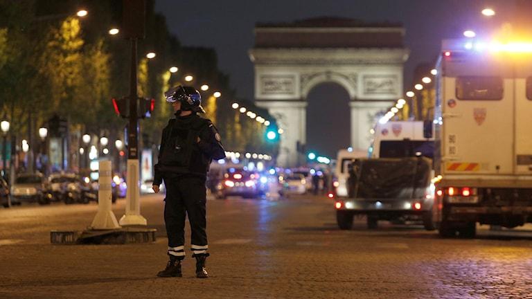 En polisman står framför Triumfbågen på Champs-Élysées i Paris efter attacken.