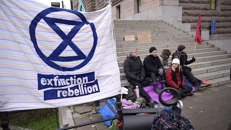 Extinction Rebellion har samlats för hungerstrejk utanför riksdagen.
