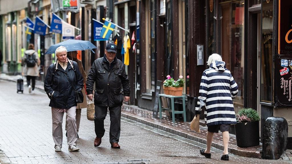 Äldre personer ute i Gamla Stan, Stockholm.