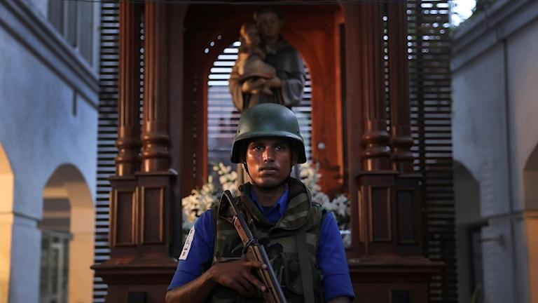 Den lankesiska soldaten vaktar St. Anthonys church i Colombo