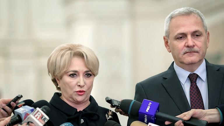 Arkivbild. Premiärminister Viorica Dancila och socialdemokratiska partiets ledare, Liviu Dragnea, som dömts för bland annat maktmissbruk.