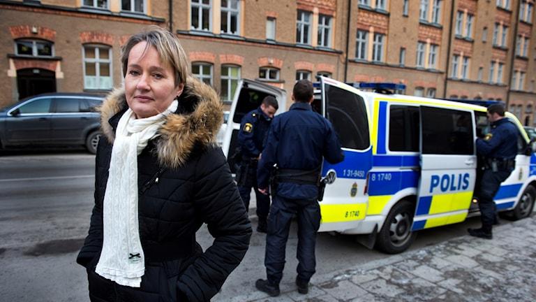 Kajsa Wahlberg, kommissarie på polisens nationella operativa avdelning, Noa framför en polisbil.