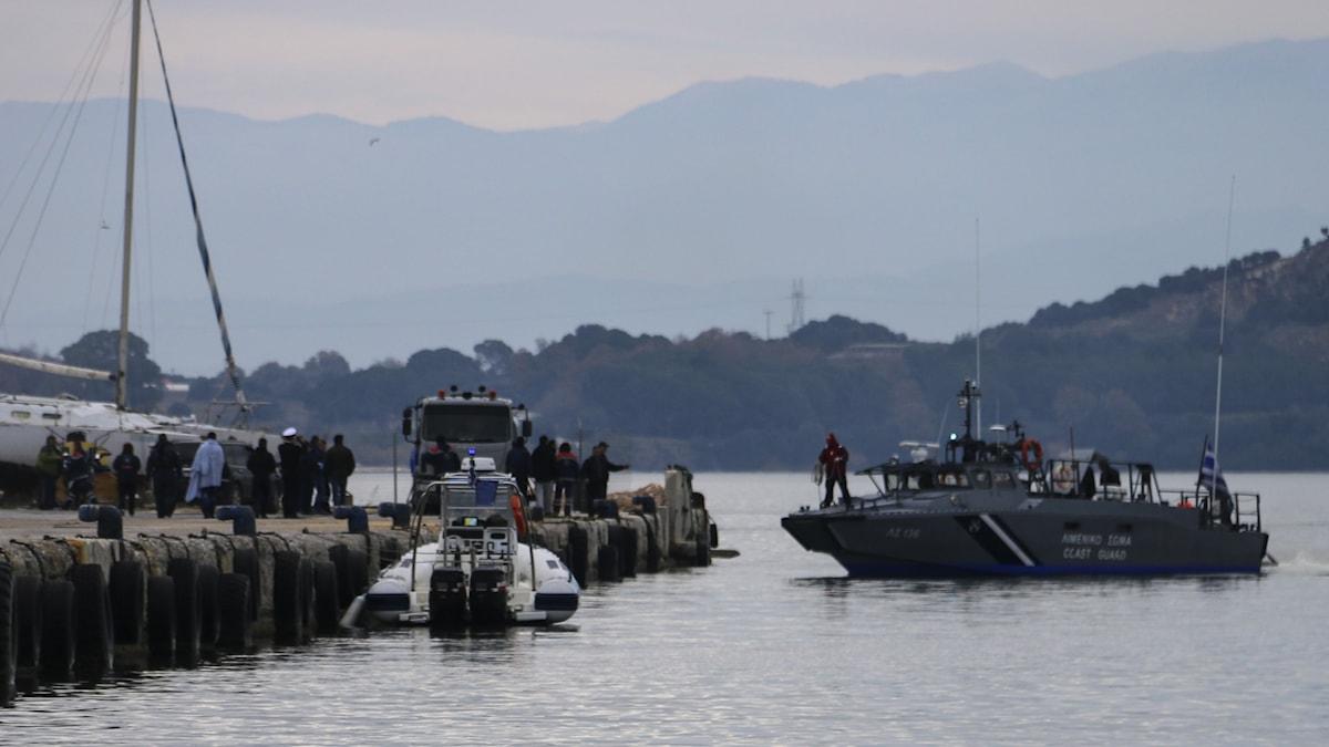 Grekisk kustbevakning i sökandet efter tolv migranter som drunknade när deras båt sjönk tidigare i januari.