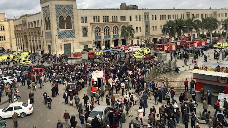 Människor flyr från tågstationen. Foto: Nariman El-Mofty/TT.