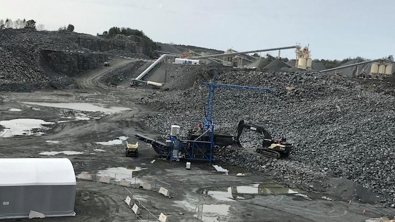 En bergtäkt i Göteborg där gröna självkörande och eldrivna lastbärare syns.