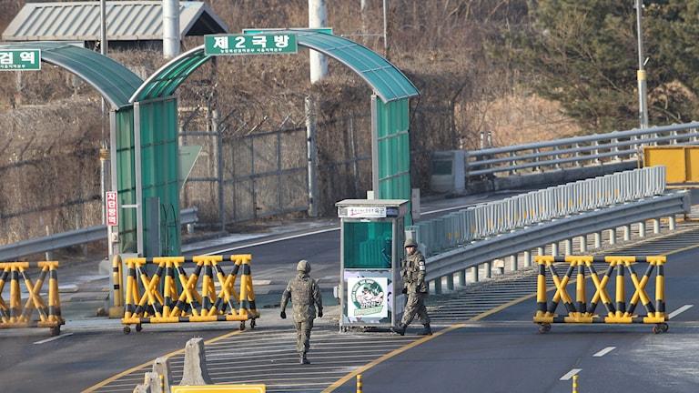 Soldater patrullerar vid gränsen mellan Nord- och Sydkorea.