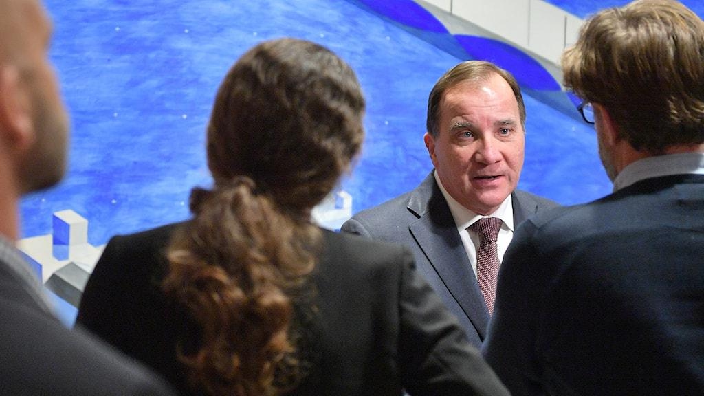 Statsminister Stefan Löfven på möte med EU-nämnden, flera människor står i förgunden med ryggen mot kameran