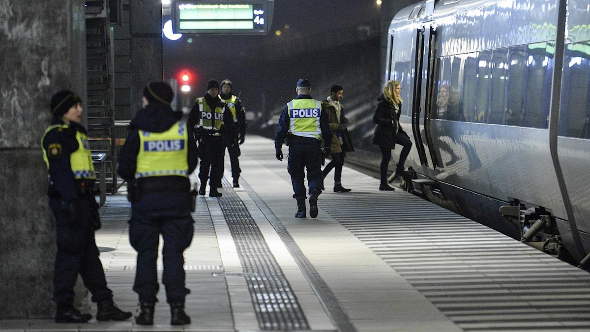 Bilden visar poliser på Hyllie station i Malmö, vid ett Öresundståg. De gör gränskontroll. Foto: Johan Nilsson/TT.