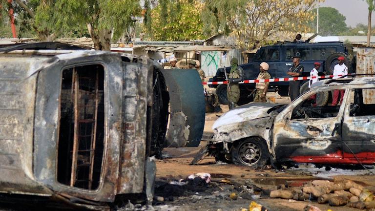 Polismän runt platsen för en självmordsbomb vid en busstation i NIgeria. Arkivbild.