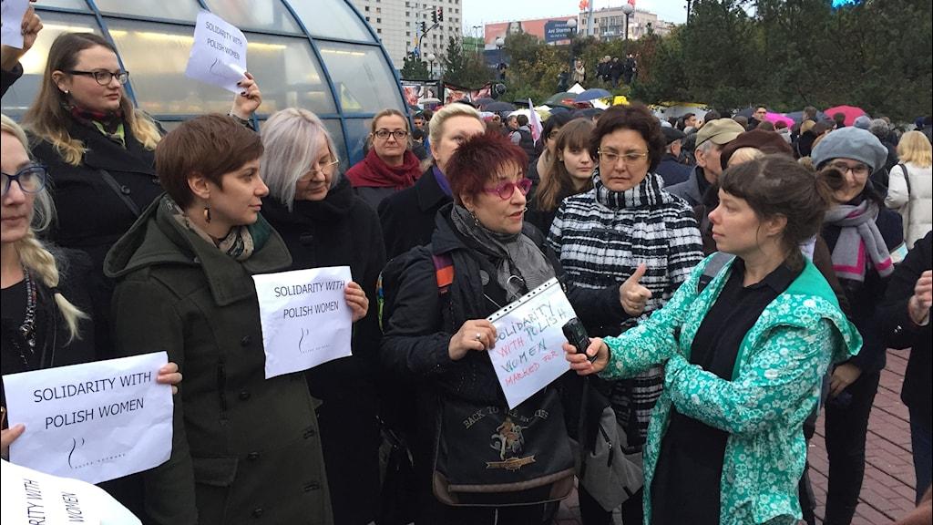 Kvinnor protesterar i Polen mot hårdare abortlag.