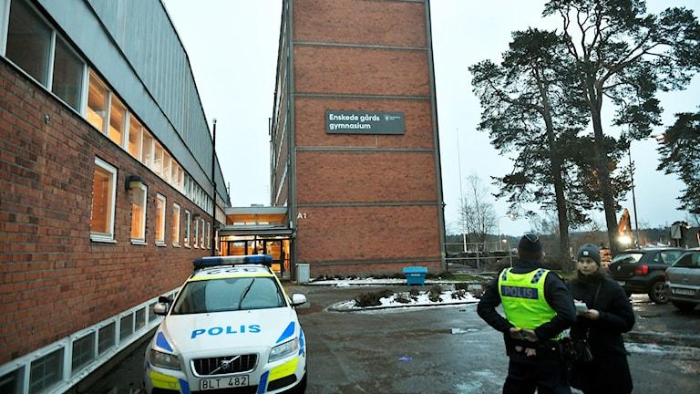 Byggnad och polisbil.
