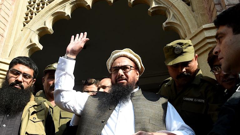 Hafiz Saaed vinkar till supportrar utanför domstolen i Lahore i Pakistan.