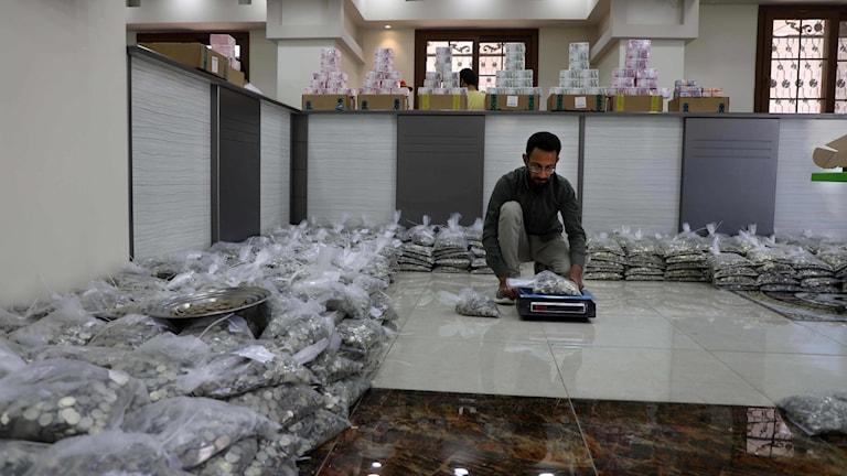 Bankpersonal väger pengar på våg i staden Sarmada i Syrien.