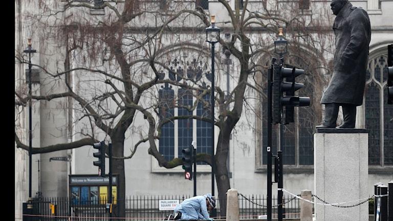 Polisen letar efter bevis after attacken vid Westminster.