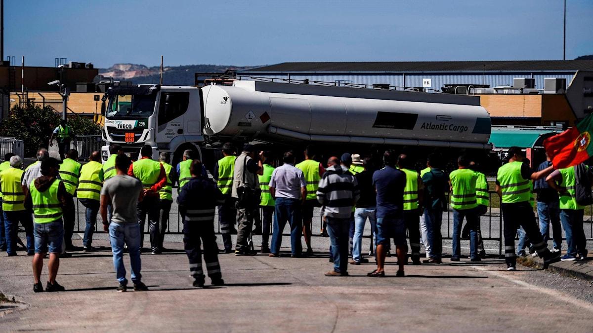 Runt 2 000 tankbilsförare gick ut i strejk i går och bara timmar senare hade 35 procent av landets bensinstationer helt eller delvis slut på bränsle.