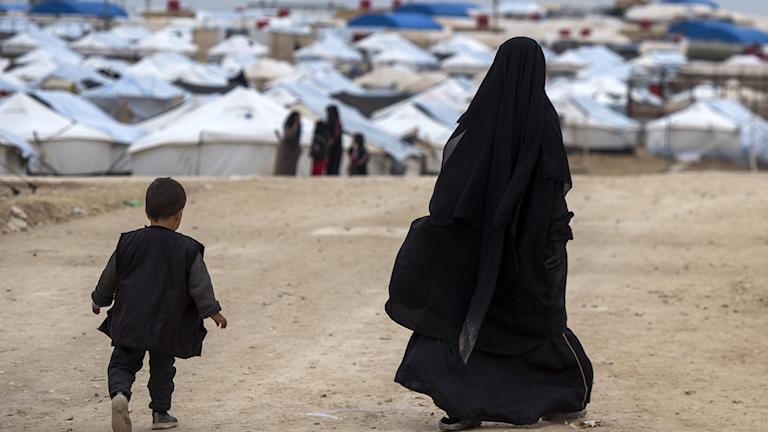 Kvinna och barn i flyktingläger i Syrien.