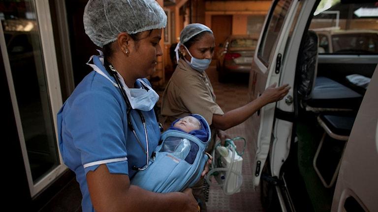 Sjukvårdspersonal med baby.