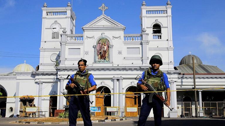 Lankesiska soldater utanför en kyrka i Colombo.