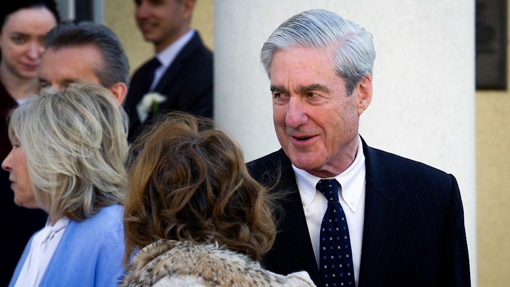 En man med grått hår.