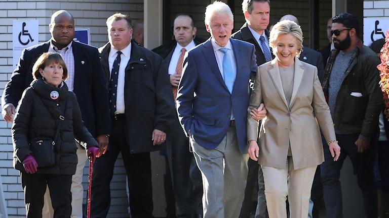 Här lämnar paret Clinton vallokalen i New York efter att ha lagt sina röster. Foto: AP