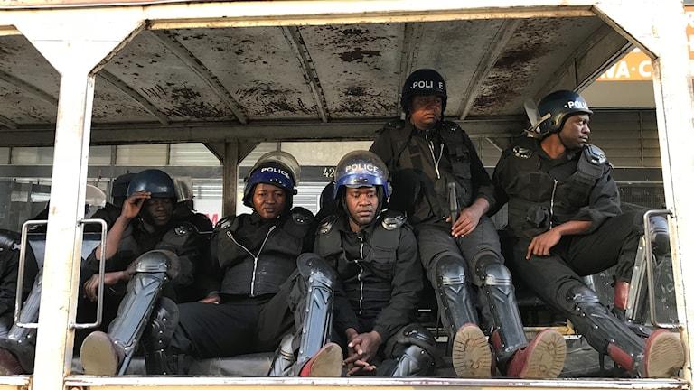 Poliser utanför MDC-alliansens högkvarter.