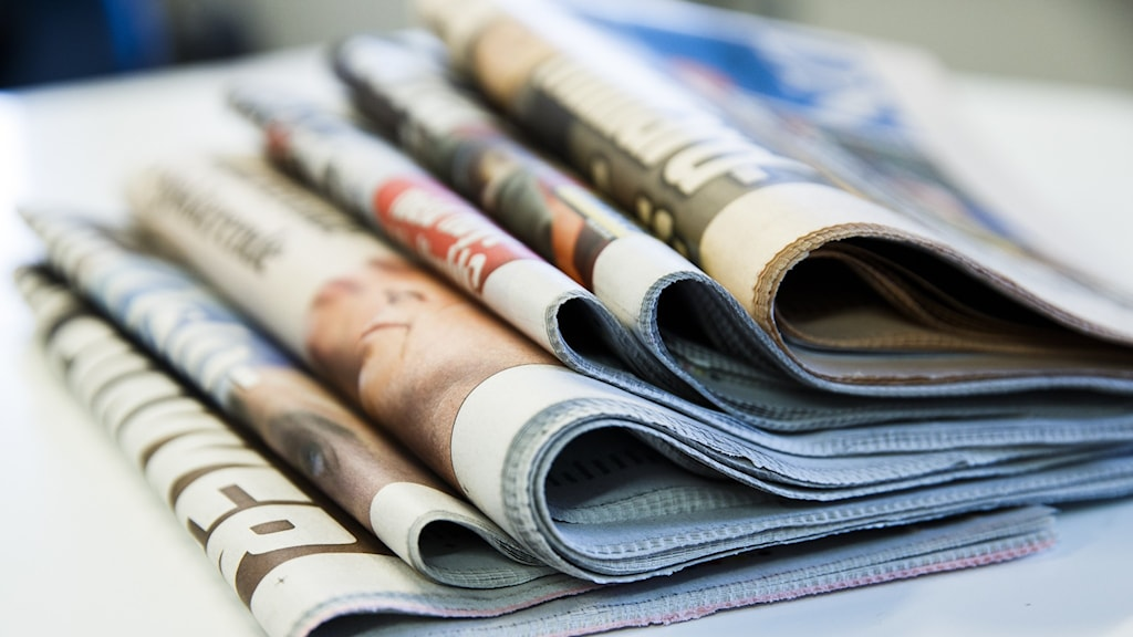 En trave med nyhetstidningar.