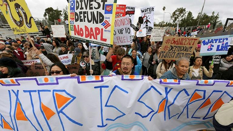 Demonstranter visar sitt missnöje mot oljeledningen. Arkivbild från tidigare demonstration.
